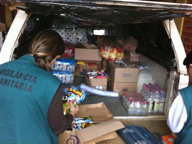 Polícia do RS localiza 2 toneladas de alimentos vencidos em meio a ratos.